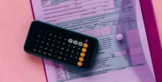Photographie de documents financier et d'une calculatrice.